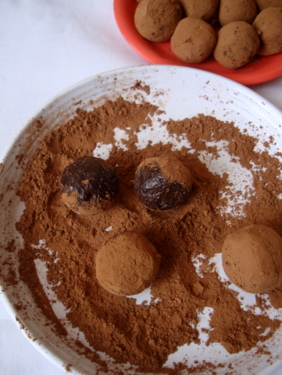 chocolate-truffles-coated-cocoa-powder