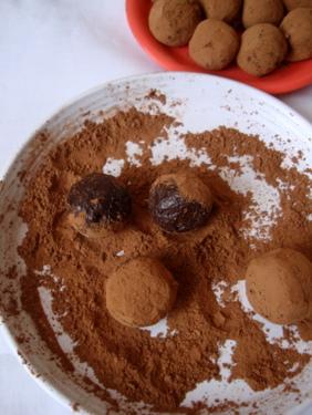 chocolate-truffles-coated-cocoa-powder